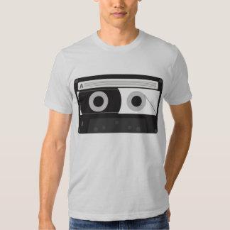 El gris para hombre de la cinta de casete de la playera