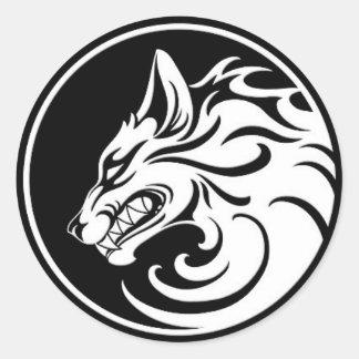 El gruñir círculo blanco y negro del lobo pegatina redonda