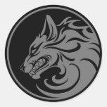 El gruñir círculo gris y negro del lobo pegatina redonda
