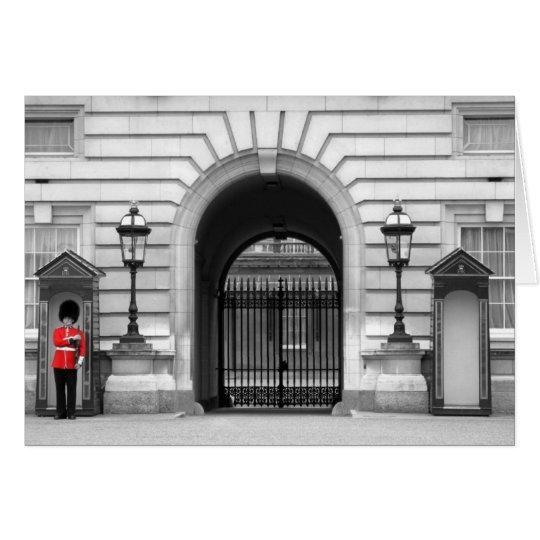 El guardia de la reina que vigila tarjeta de felicitación