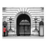 El guardia de la reina que vigila tarjeta postal