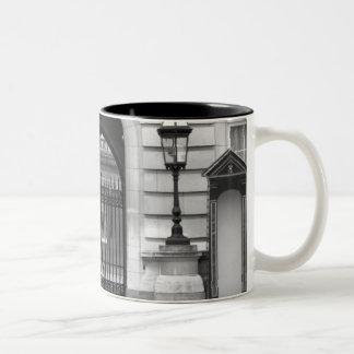 El guardia de la reina que vigila tazas de café