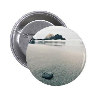El guijarro temático, en la playa, un guijarro pin redondo 5 cm