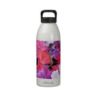El guisante de olor rosado, púrpura y blanco flore botallas de agua