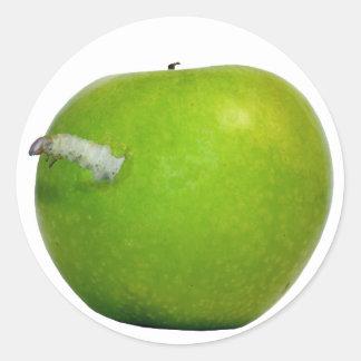 El gusano en la manzana pegatina redonda