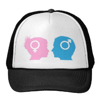 El hablar de las cabezas del hombre y de la mujer gorra