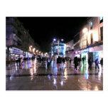 El hacer compras en la lluvia tarjeta postal