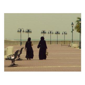 El hacer compras kuwaití de las mujeres tarjetas postales