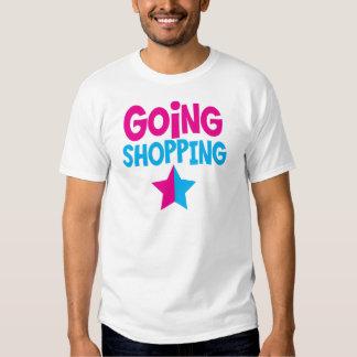El hacer compras que va en rosa y azul camisas