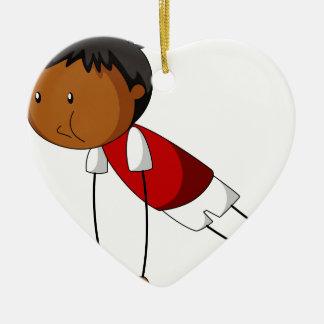 El hacer del niño pequeño empuja hacia arriba adorno de cerámica en forma de corazón
