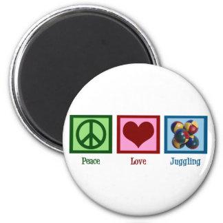 El hacer juegos malabares del amor de la paz imán redondo 5 cm