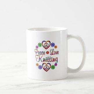El hacer punto colorido del amor de la paz taza básica blanca