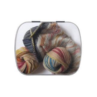 El hacer punto con hilado de lanas latas de dulces