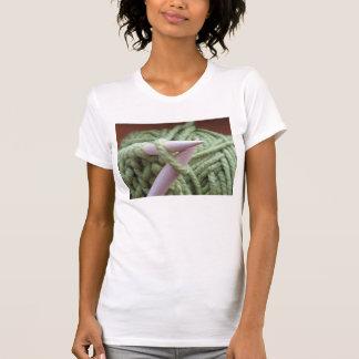 El hacer punto con hilado verde camisas