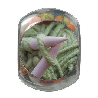 El hacer punto con hilado verde frascos de cristal