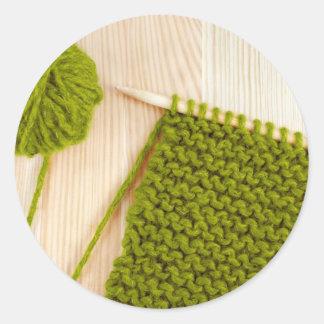 El hacer punto con lanas verdes pegatinas redondas