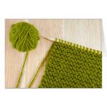 El hacer punto con lanas verdes tarjeta de felicitación
