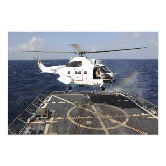 El helicóptero aterriza a bordo del Burke-class de Cojinete