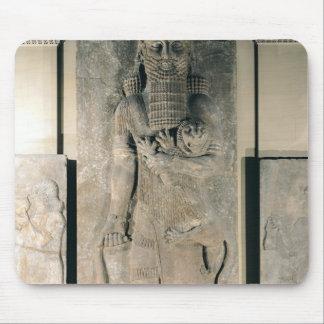 El héroe Gilgamesh que sostiene un león Mousepads