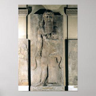 El héroe Gilgamesh que sostiene un león Poster