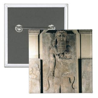 El héroe Gilgamesh que sostiene un león Pin Cuadrado