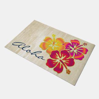 El hibisco tropical florece las pendientes del felpudo