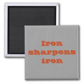 El hierro afila el imán del hierro