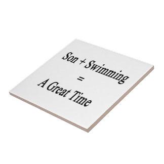 El hijo más la natación iguala un gran rato azulejo cuadrado pequeño