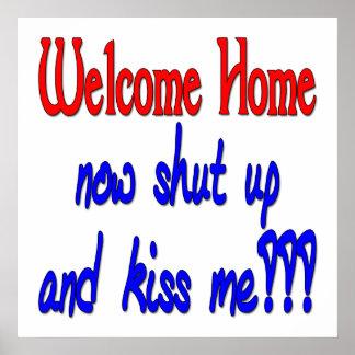 El hogar agradable ahora cerrado y me besa póster
