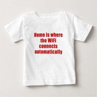 El hogar es donde el Wifi conecta automáticamente Playera De Bebé