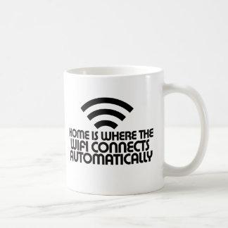 El hogar es donde el Wifi conecta automáticamente Taza Clásica