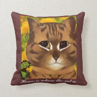 El hogar es donde está almohada el gato de tiro