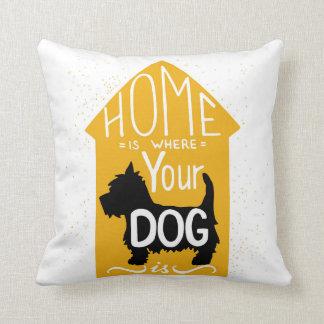El hogar es donde está el perro cojín