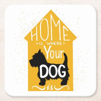 El hogar es donde está el perro posavasos de cartón cuadrado