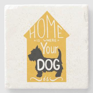 El hogar es donde está el perro posavasos de piedra