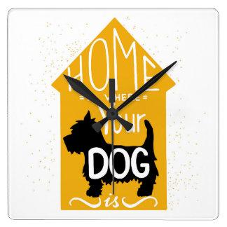 El hogar es donde está el perro reloj cuadrado