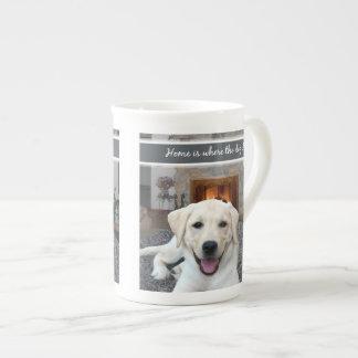 El hogar es donde está el perro taza de porcelana