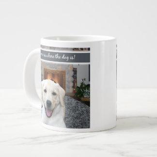El hogar es donde está el perro taza grande
