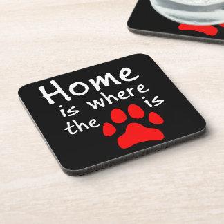 El hogar es donde está la impresión de la pata posavaso
