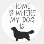 El hogar es donde está mi perro (el golden pegatina redonda