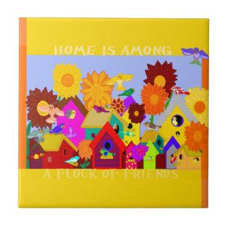 El hogar está entre una multitud de la teja de los