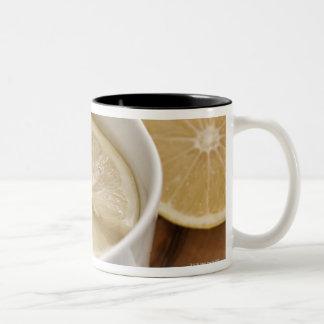 el hogar hizo el remedio del frío y de la gripe; taza de café de dos colores