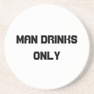 El hombre bebe solamente posavaso para bebida