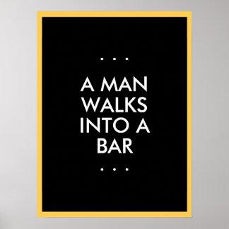 El hombre camina en una barra póster