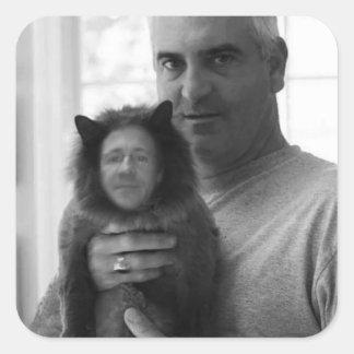 El hombre con el gato que habla pegatina cuadrada