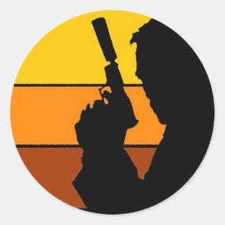 El hombre con la silueta del arma etiqueta redonda