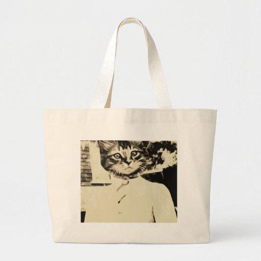 El hombre del gato hace bolsa