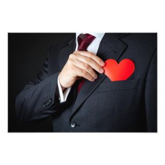 El hombre elegante que oculta un corazón rojo en e cojinete