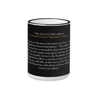 El HOMBRE EN la taza de la ARENA