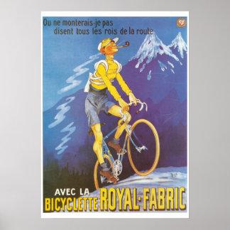 El hombre en las montañas de la bicicleta se póster